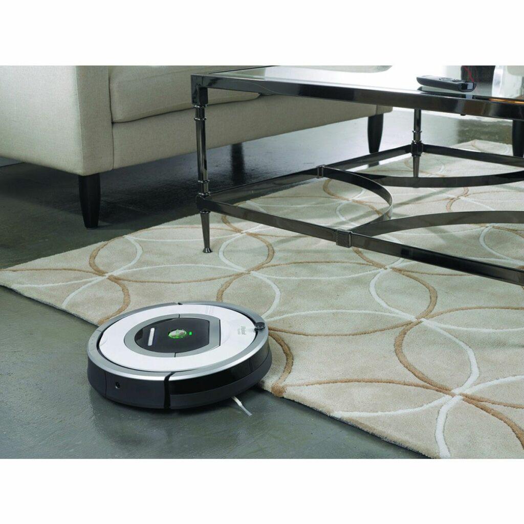 Robot aspirateur Roomba 776 p nettoie un tapis dans une pièce