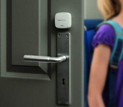 Le détecteur connecté d'ouverture de porte GIGASET se fixe simplement à une porte