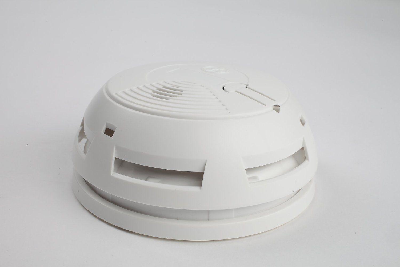 Myfox FO4003 détecteur de fumée vous préviendra en cas de départ de feu dans votre maison. Il communique en radio cryptée avec la centrale Myfox et déclenche en temps réel une alerte sonore (85dB) pour vous prévenir localement ou génère un avertissement à distance depuis votre smartphone.