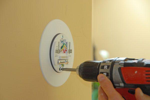 Un thermostat fixé au mur
