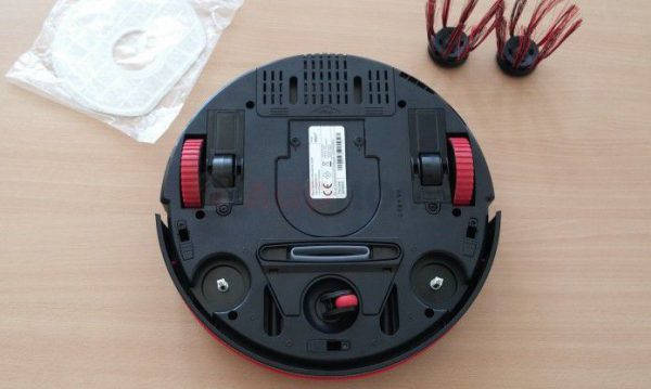 Vue de dessous du mini robot aspirateur Dirt Devil Spider M607